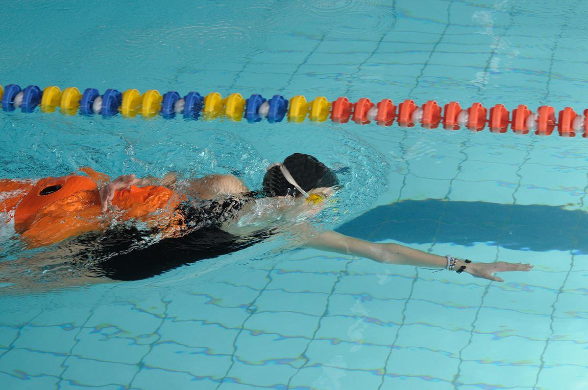 Ragazza che si esercita nel salvataggio in acqua