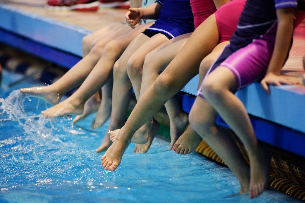 5f6be424262e I corsi di nuoto dai 4 anni di età si tengono nella vasca grande. Nei corsi  per i più piccoli il numero massimo di iscritti per ogni istruttore è di 6  ...