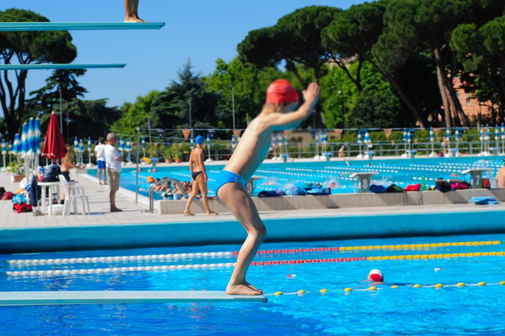 Bambino al corso di nuoto