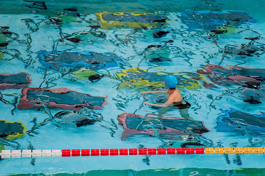 Donne che praticano fitness in acqua